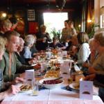 Gasten aan tafel op 13 oktober 2015